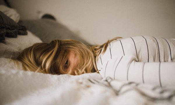 ストレスでベッドに沈む人