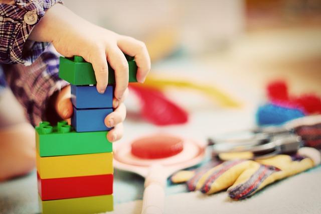 ブロックで遊ぶ幼児